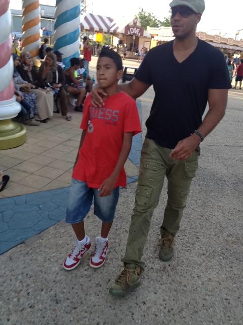 Romeo Santos junto a su hijo en Six Flags (FOTOS ...